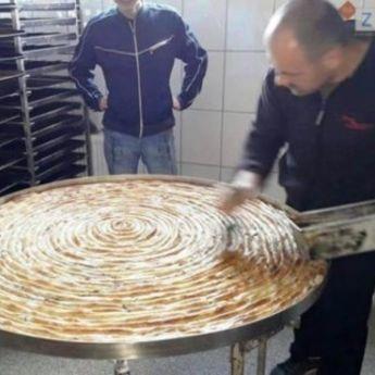 Bosanci - pravi majstori: Ovoliki burek nikad niste videli! (FOTO)