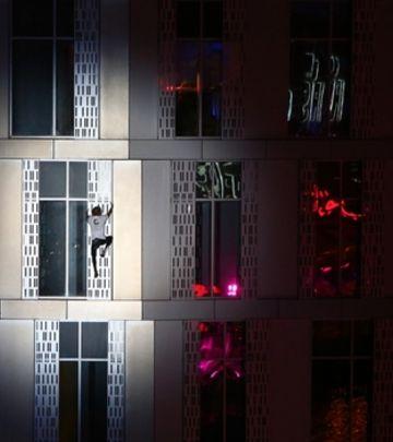 """Od ovoga će vam se zavrteti u glavi: Francuski """"Spajdermen"""" osvojio """"uvrnutu zgradu"""" u Dubaiju! (VIDEO)"""