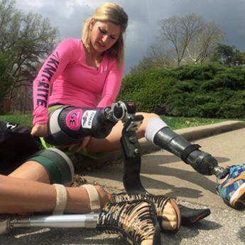 Zahvaljujući volji bez nogu trči maraton! (VIDEO)