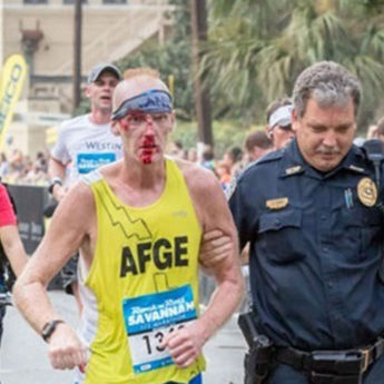 Policajac pomogao maratoncu da završi trku (VIDEO)