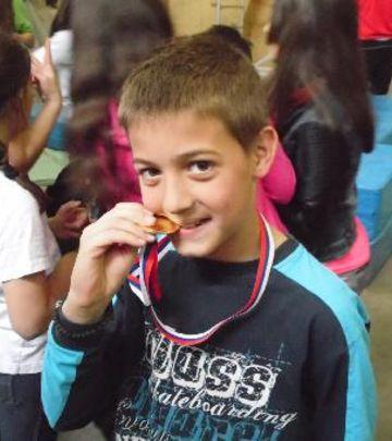 Stene kao izazov: Neustrašivi zlatni dečak iz Užica (FOTO)