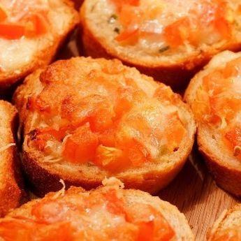 Brusketi sa paradajzom i mocarelom