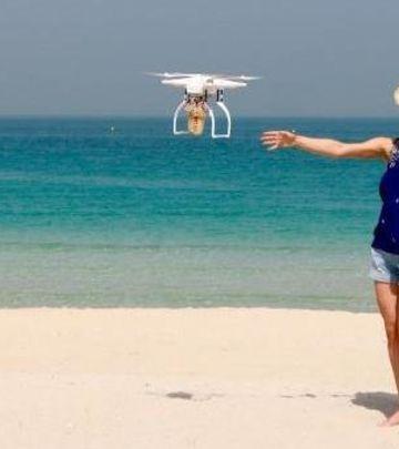 VIDEO DANA: Dostava kafe DRONOM na plaži u Dubaiju